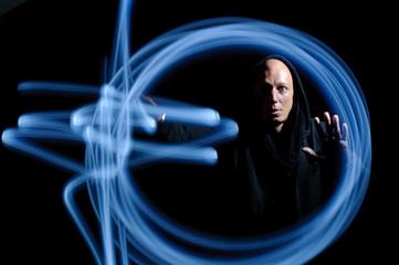 hypnotischer Blick des Magiers beim blauen Lichtzauber