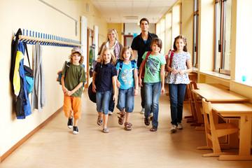 Grundschüler auf Flur