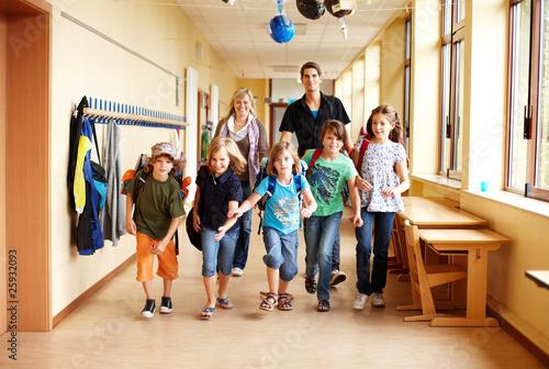 Leinwanddruck Bild Grundschüler auf Flur