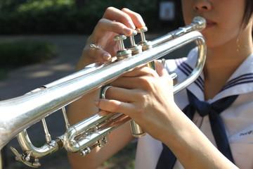 トランペットを吹く女子高生