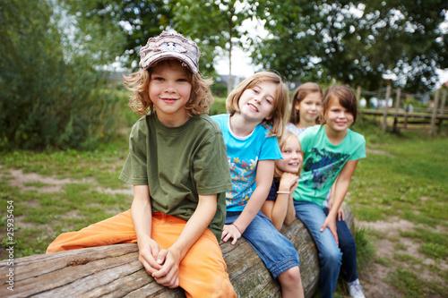 canvas print picture Kinder auf Baumstamm