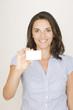 Frau zeigt eine Visitenkarte