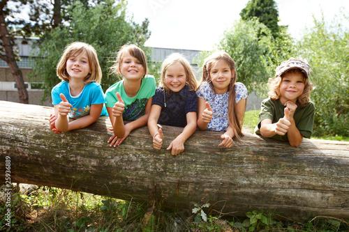Kinder auf Baumstamm - 25936889