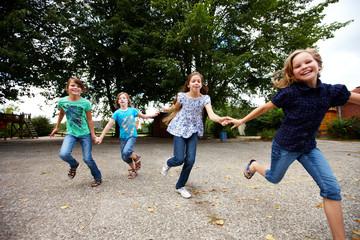 Mädchen laufen auf Schulhof