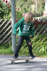 Kind beim Skateboardfahren