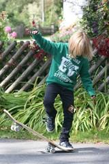 Kind beim Skateboarden