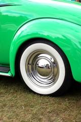 gros plan sur voiture ancienne verte