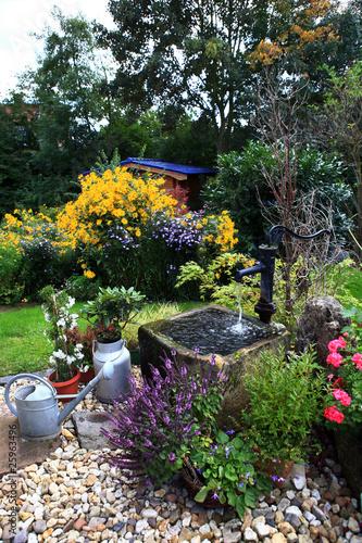 Schwengelpumpe und Trog im Garten