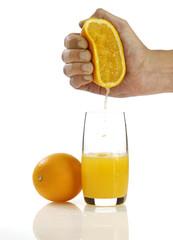 orange mit hand auspressen