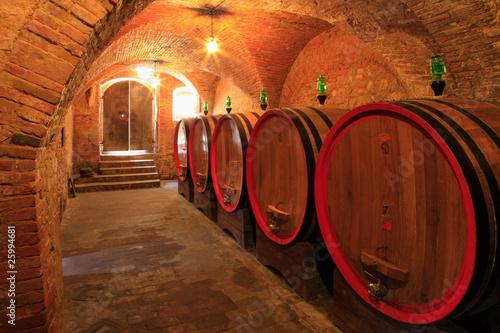Weinkeller, Barrique - Fässer, Ziegelgewölbe,Toskana, Italien