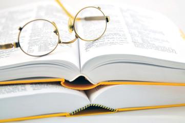 Wörterbuch und Brille