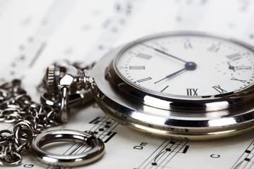 Старые карманные часы и нотная тетрадь