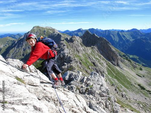 Junge an Felsplatte am Hindelanger Klettersteig