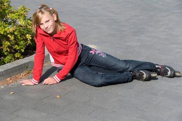 Mädchen mit Inlinern auf der Straße