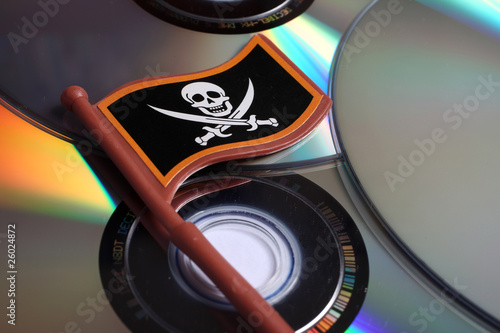 pirateria informatica - bandiera pirati su cd