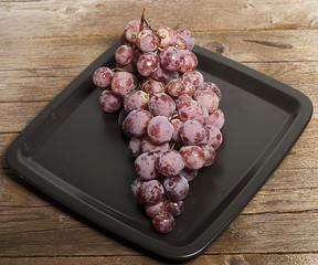 raspo d'uva nera su piatto nero