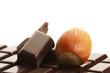 haselnuss und schokoladenstücke auf einer schokoladentafel