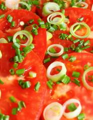 Tomatensalat mit Lauch und Schnittlauch