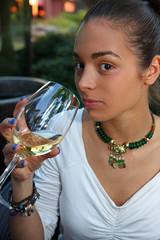ragazza con calice di vino bianco