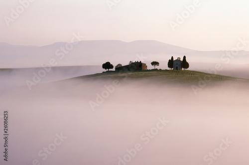 wzgorza-krajobraz-tuscany-w-ranek-mgle