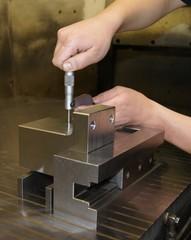 Werkstück messen mit dem Mikrometer