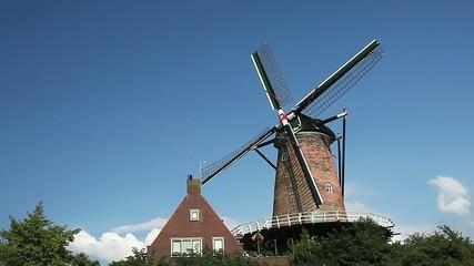 Moulin à vent par beau temps