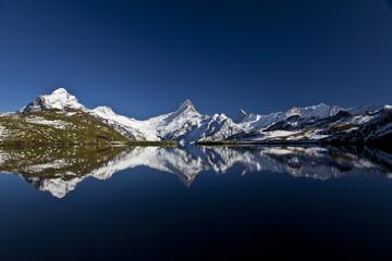 Spiegelung Berge im stillen dunklen See