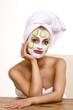 Frau mit Gesichtsmaske 240910-1