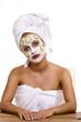 Frau mit Gesichtsmaske 240910-2