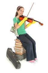 Enfant joue du violon sur une pile de livre