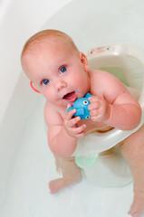 Младенец  принимает ванну