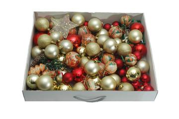 Caja con bolas y adornos navideños