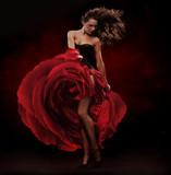 Piękna tancerka ubrana w czerwoną sukienkę