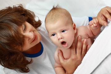 Маленький ребёнок с мамой