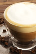 cappuccino in glastasse mit kaffeebohnen