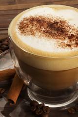 cappuccino mit schokopulver und zimtstangen