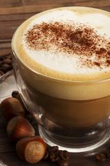cappuccino mit schokopulver und haselnüssen