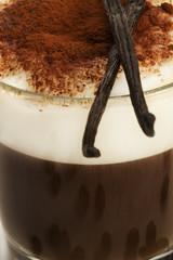 vanille auf einem glas mit espresso und milchschaum