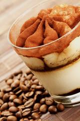 tiramisu diagonal mit kaffeebohnen