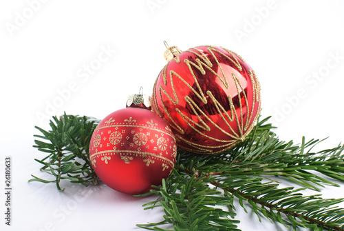 rote christbaumkugel mit kerze auf tannenzweig isoliert. Black Bedroom Furniture Sets. Home Design Ideas