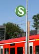 S-Bahn-Schild mit Zug