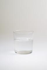 Vaso de agua en fondo blanco