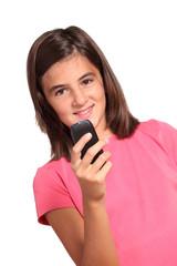 adolescente invia o riceve sms con telefono cellulare