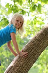 Kind auf Baum
