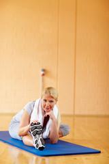Fitnessübungen in der Turnhalle