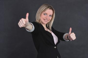 Радостная девушка в деловом костюме