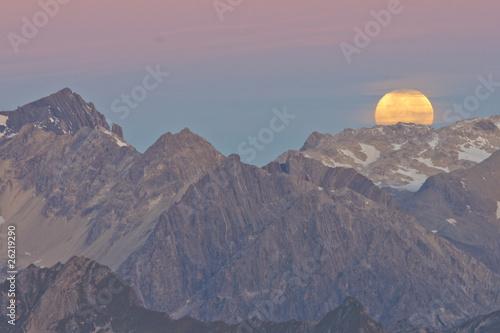 Staande foto Volle maan Monduntergang in den Alpen