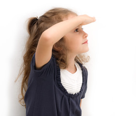 bambina che guarda lontano