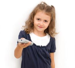 Bambina  che punta il telecomando