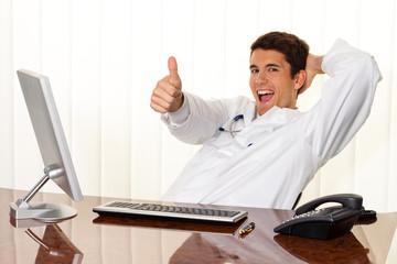 Erfolgreicher Arzt sitzt bei Schreibtisch